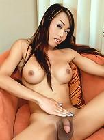 Spunk drunk Thai tranny wanks her cock