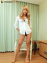See gorgeous Thai tranny Jody spread naked