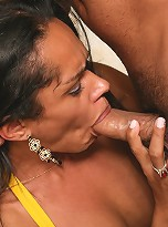 Tranny gives her sexy ass hole to eager hand