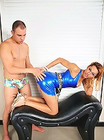Sexy tranny hottie in blue latex doing a guy